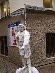 Bremen: Hører du fuglekvitter, men ser ingen fugler? Det er denne blide, julemannen som plystrer etter deg! Foto: Yvette-Marie Solem