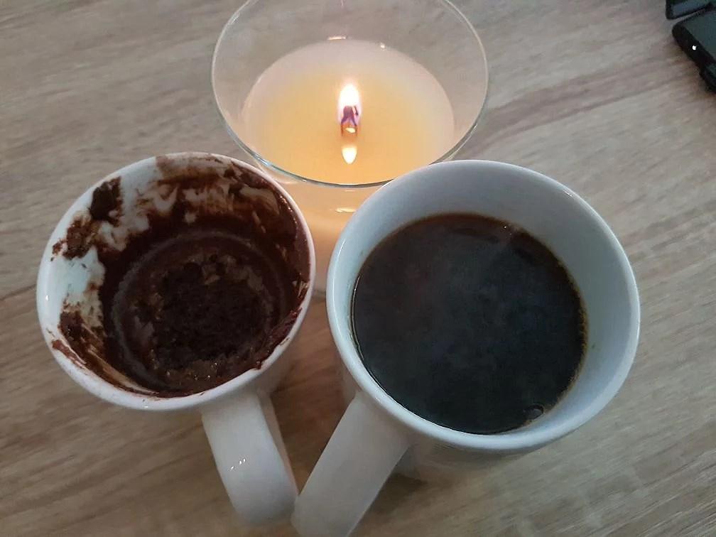 Mugcake, ljus och kaffe.