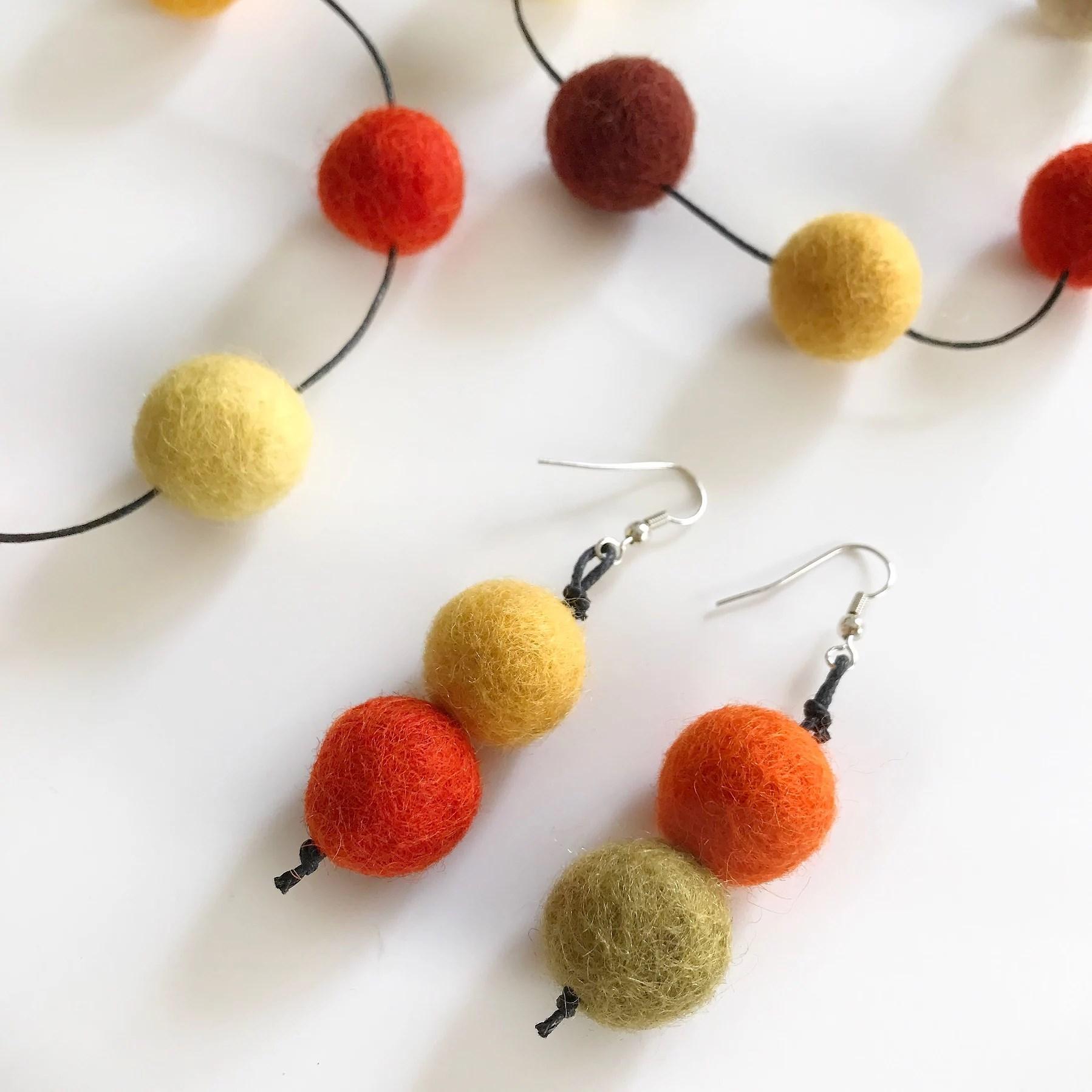 Smycken av ullpärlor
