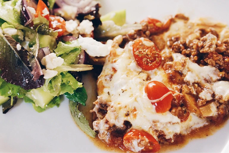 Kryddig köttfärsgratäng med tomat och mozzarella. Elin bakar. Och planer...