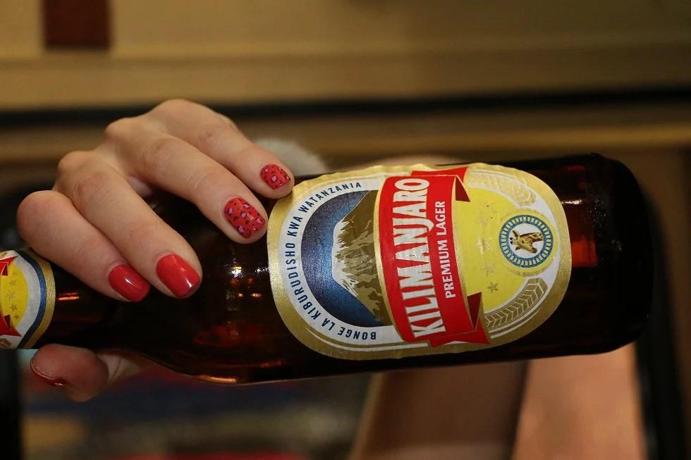 Lokal øl, med safari negle fra Nails by Paw
