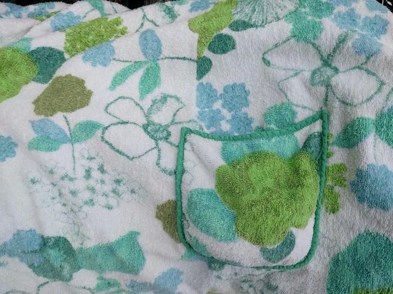 Bad och retro omsydd badrock loppisfynd loppisfyndade barnkläder blommig mintgrön grön frotté barn kantad ficka.