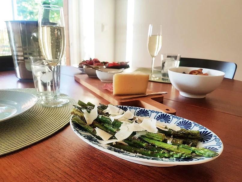Stekt sparris toppat med havssalt, citron och hyvlad parmesan