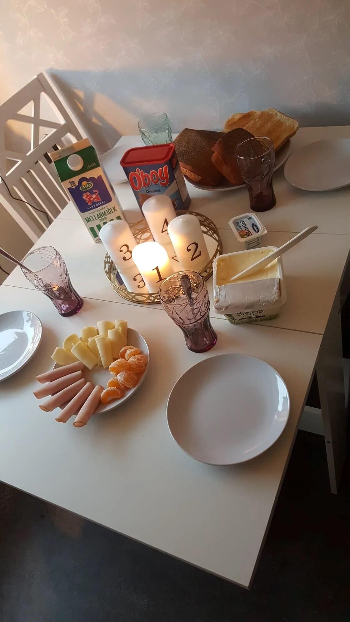 MÖRKA SKOGAR OCH LJUSGLIMTAR...