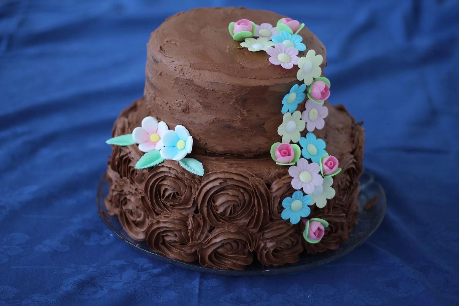 Høy sjokoladekake med blomster