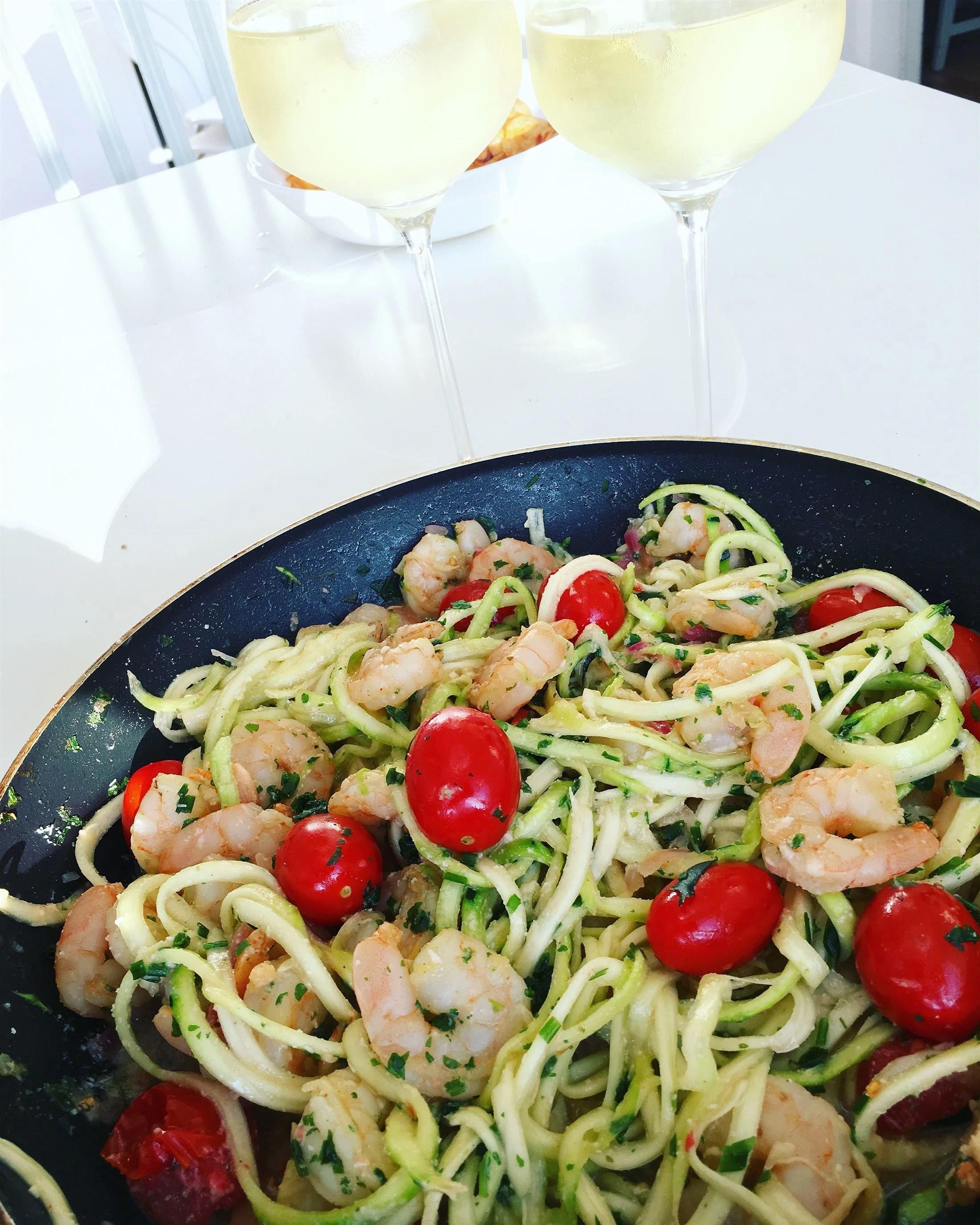 Zucchini pasta med heta räkor