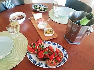Bruschetta, sparris, potatisklyftor, manchego, oliver, aioli och cava.