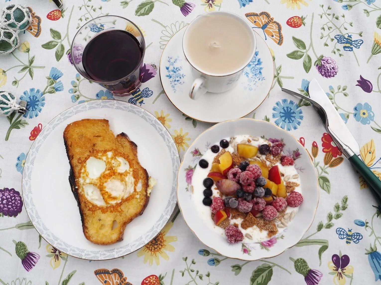 Frukost i trädgård