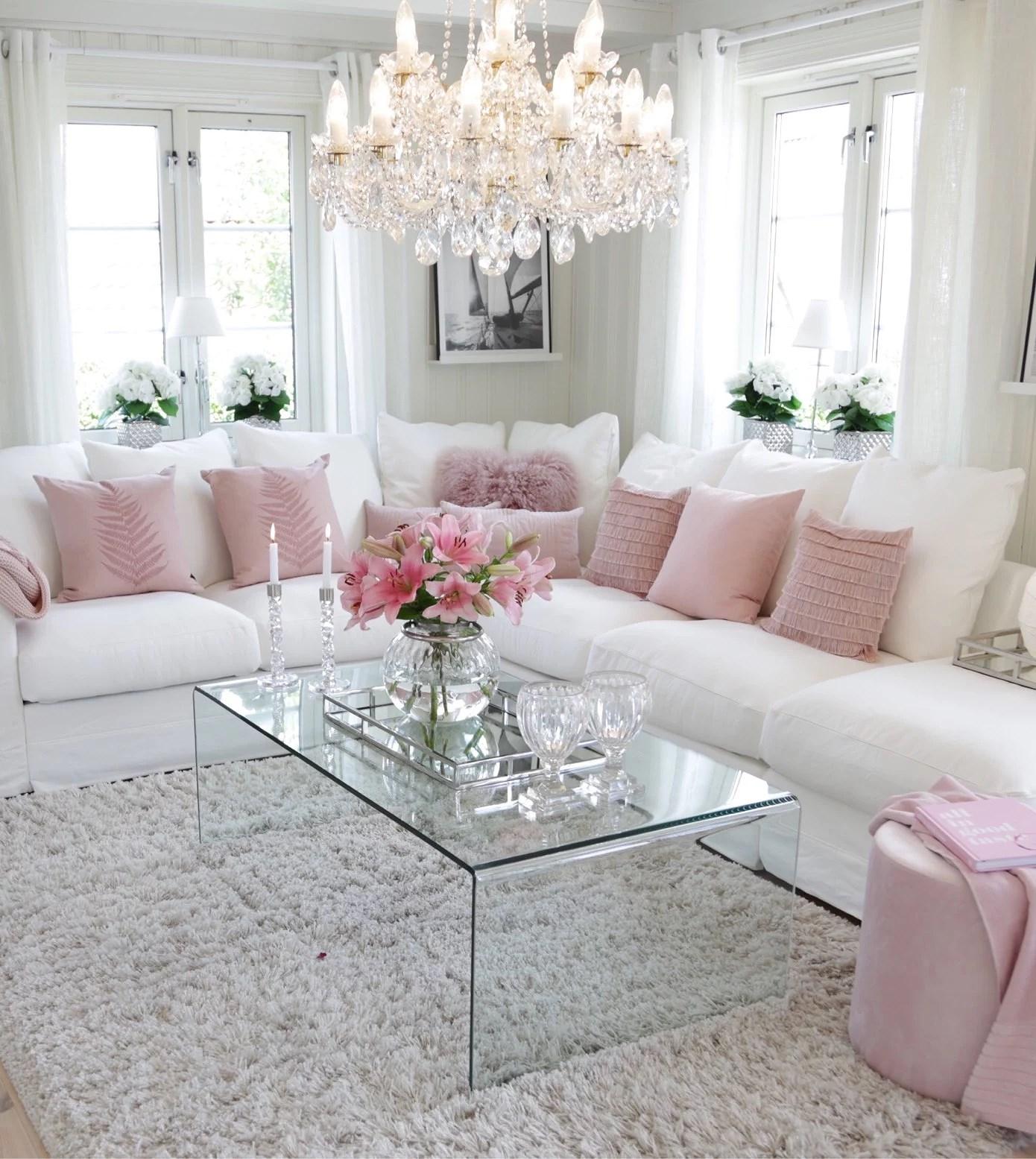 En bukett liljer pynter opp i stua