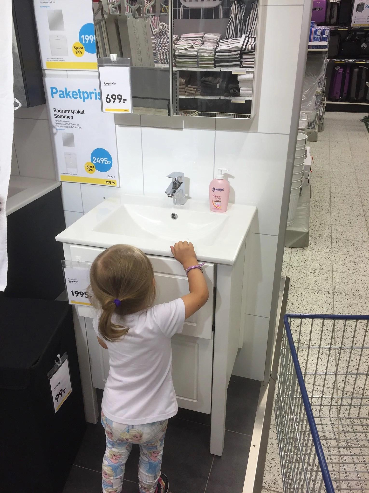 Att köpa tapeter med en speedad dotter