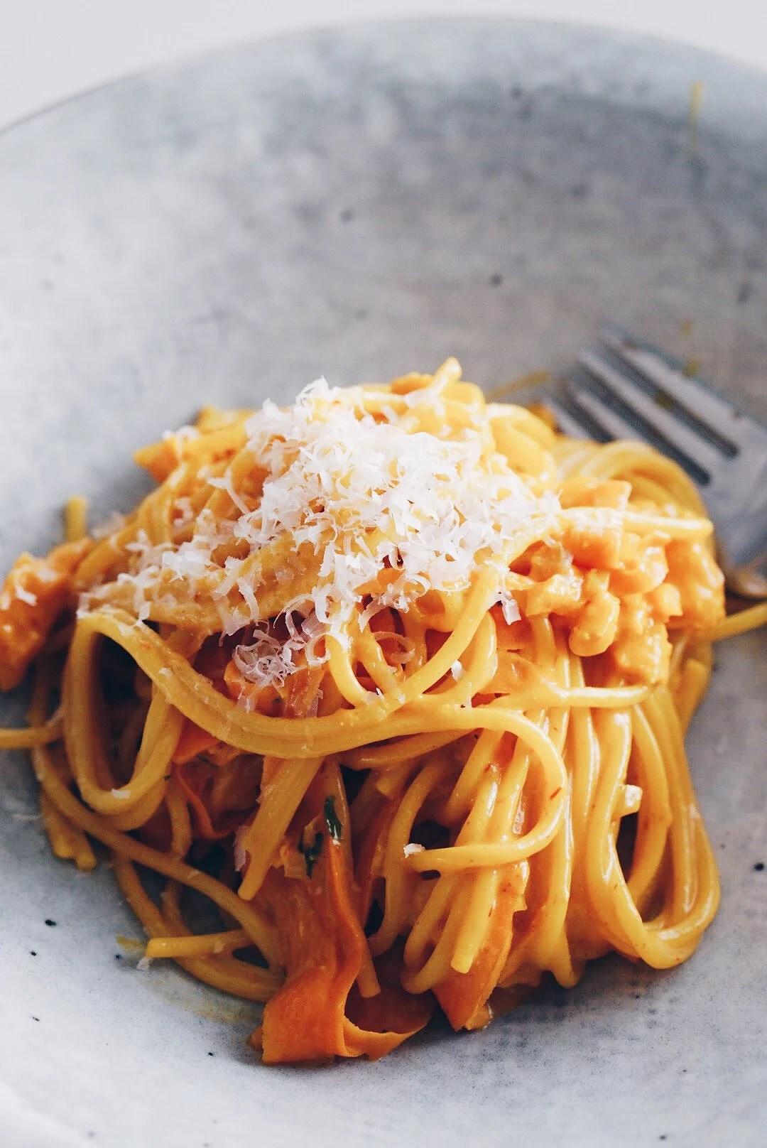 Pasta med saffran, kallrökt lax och morot
