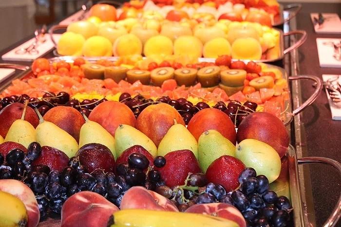 Amplio buffet con zona dietética, selección de quesos, fruta fresca, zumos recién exprimidos, fondue de chocolate, tortitas, huevos recién elaborados y estaciones temáticas que cambian cada día