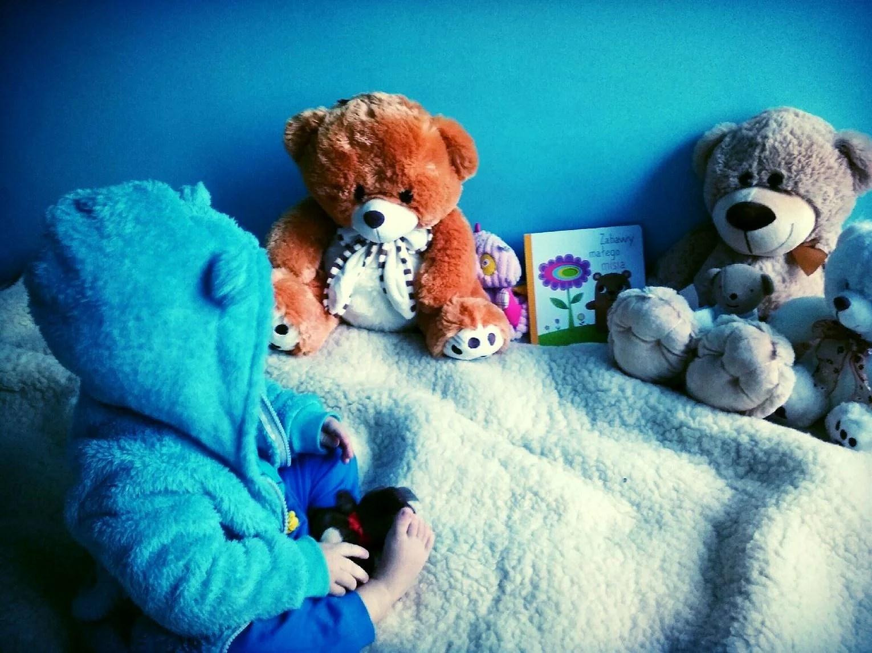 Mały niedźwiadek i jego zabawy