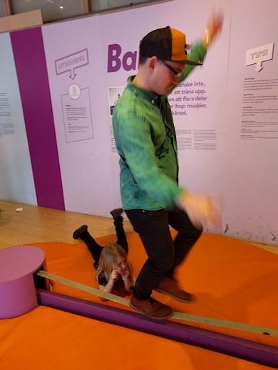 Universeum Göteborg hållbar intressant och rolig semester hemester för barn och vuxna balans gå på lina slackline.