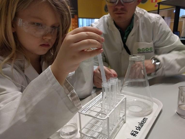 Universeum Göteborg hållbar intressant och rolig semester hemester för barn och vuxna de  experiment i labb testa ämne i ytan på mars.
