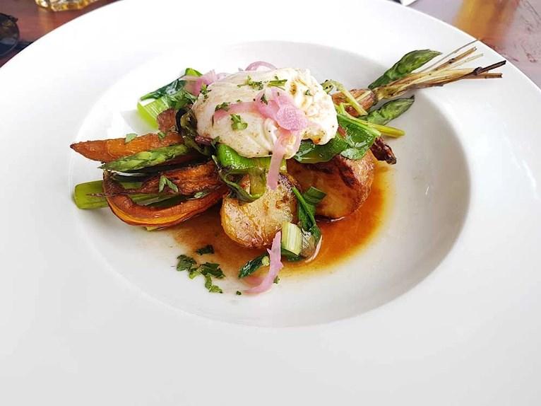 Vegetarisk lunch i Kalmar på Larmtorget. Rostad potatis, morötter, sparris, bladspenat och pocherat ägg.