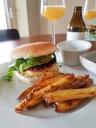 Recept på vegetarisk hamburgare och hemgjorda pommes. Nyttigt och gott!
