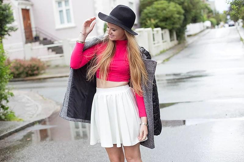 krist.in antrekk outfit style nellyholic turtleneck top white skirt nelly svart hatt