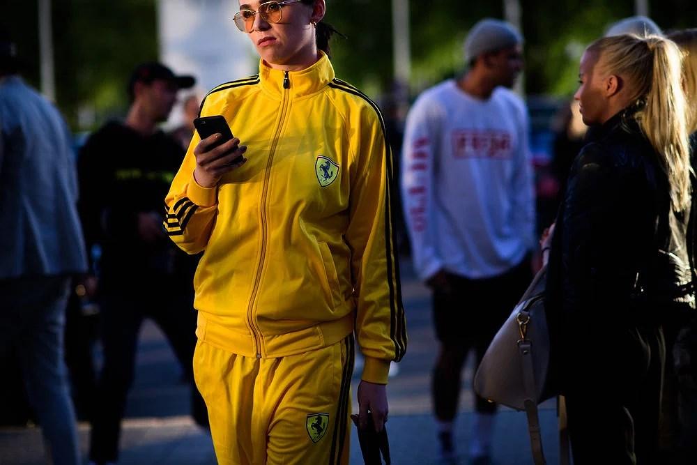 Foto: Le 21eme Twitter og resten av internett gikk helt bananas da Madeleine ble spottet i denne adidas Ferrari track suiten under Copenhagen Fashion Week for SS17