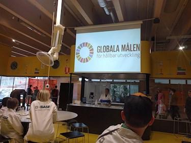 Universeum Göteborg hållbar intressant och rolig semester hemester för barn och vuxna de globala målen för hållbar utveckling under experiment i labb.