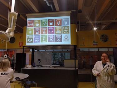 Universeum Göteborg hållbar intressant och rolig semester hemester för barn och vuxna de olika globala målen för hållbar utveckling under experiment i labb.