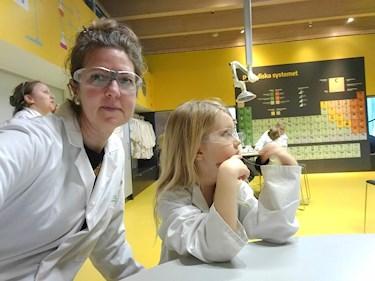 Universeum Göteborg hållbar intressant och rolig semester hemester för barn och vuxna labb experiment labbrockar och skyddsglasögon.