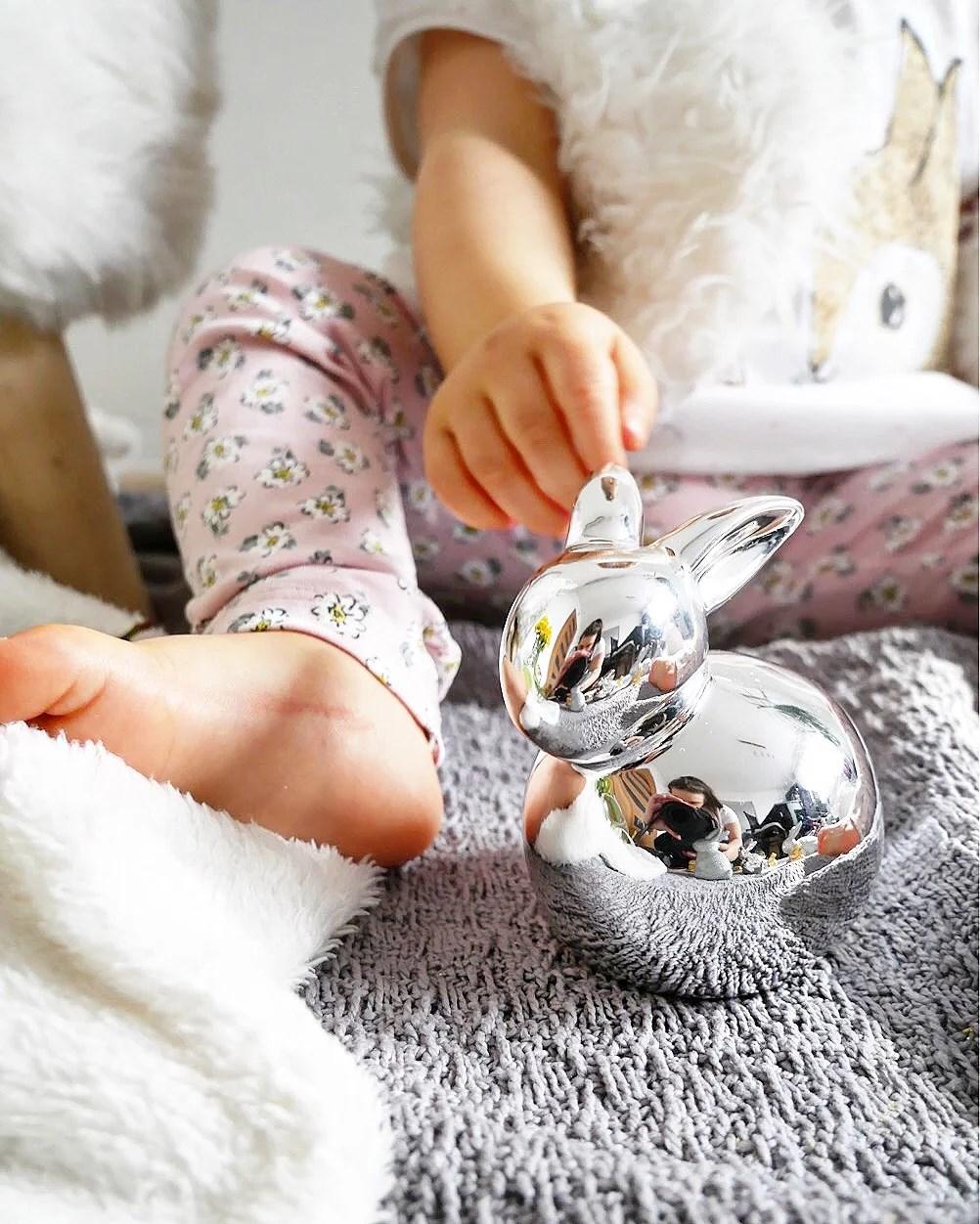 Wielkanoc. Pomysł na sesję dla dziecka. Dekoracje Home&You. Króliczek Lindt. Świąteczny koszyczek.