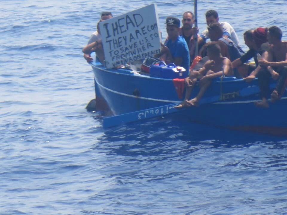 Disney Magic mötte flyktingfarkost i Medelhavet.