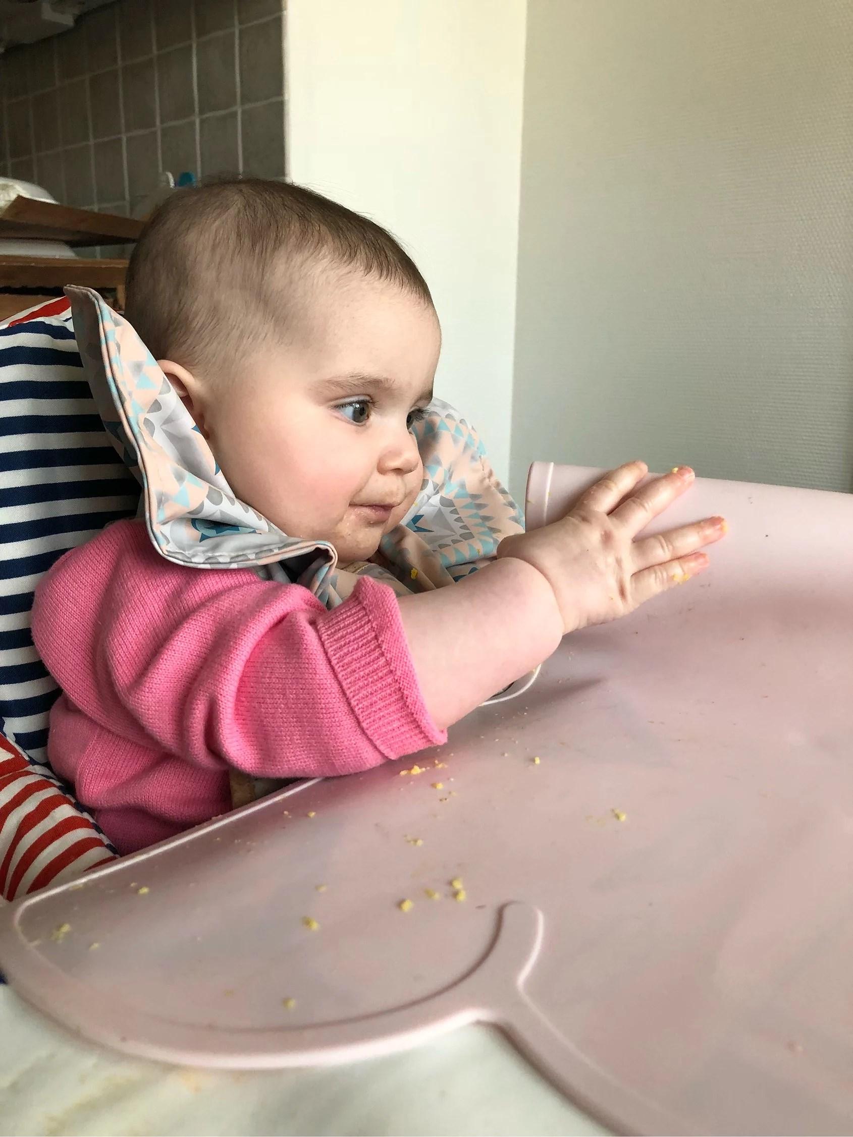 Inspekterar allt hon får tag i.