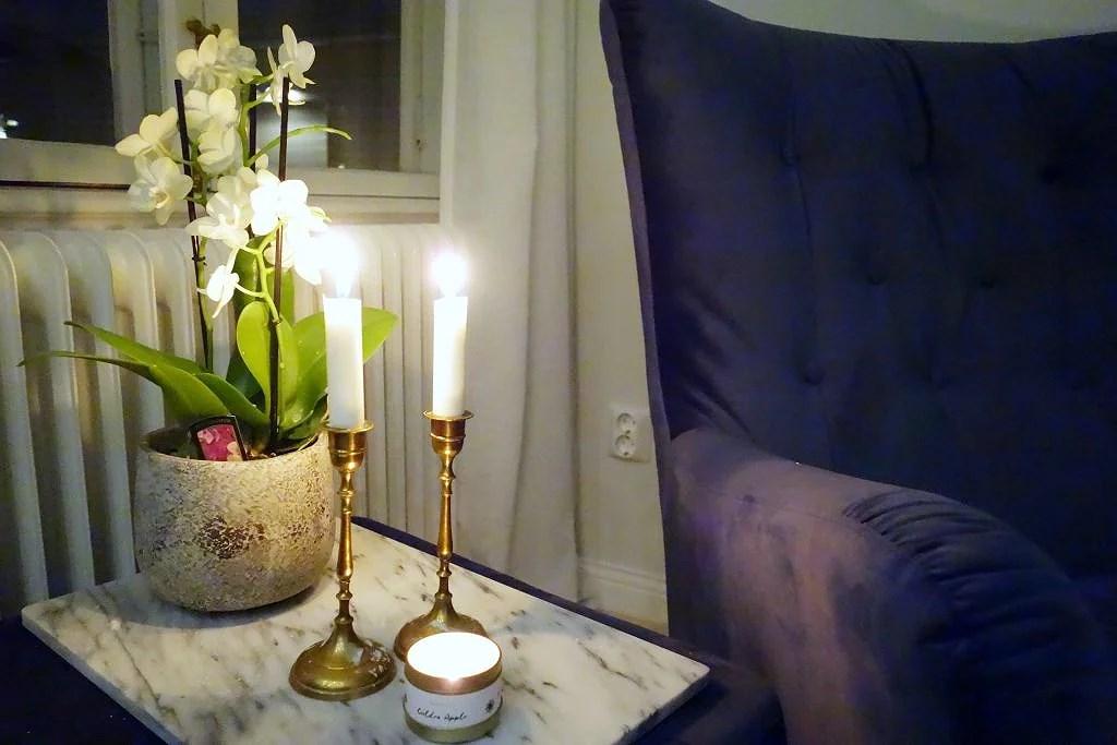 Latte, soffbord och ny tavla