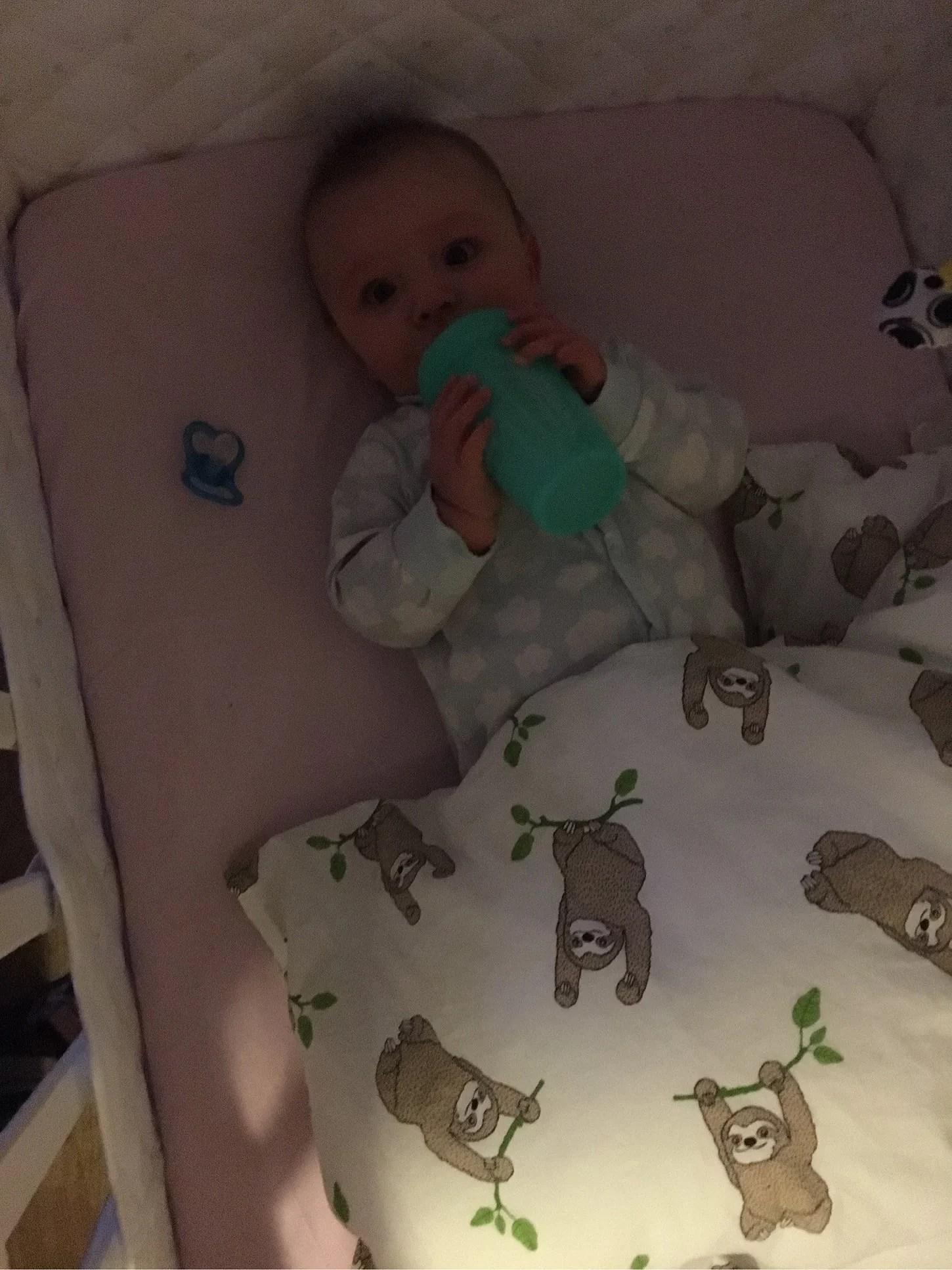 Loui somnar i sin säng nu