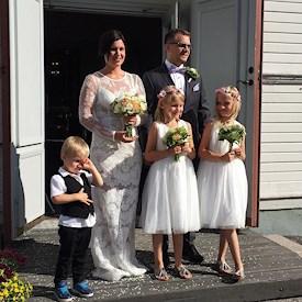 440b2586a718 I lördags så var det dags för Cecilia och Fredriks bröllop så jag och Max  gjorde oss iordning och tog bussen in till Vännäsby vid tvåtiden.