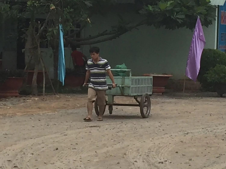 En af de hårdt arbejdende vietnamesere som er på vej ned til floden.