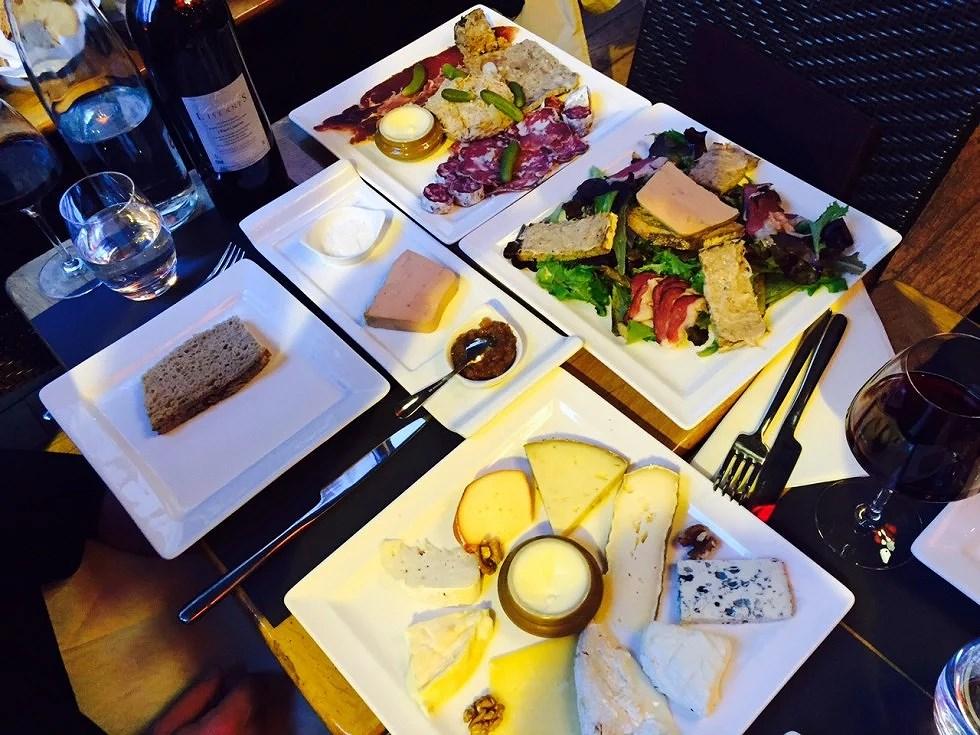 Ostetallerken, Pølse mm-tallerken, salat ect etc....Jeg minder lige om at vi var 3 til at spise det :-)