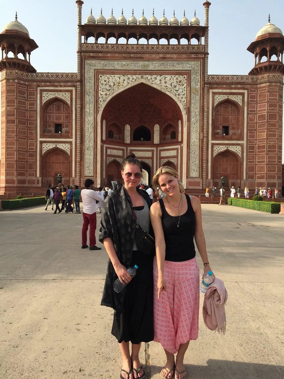 Maria og jeg står og peger ned, idet Taj Mahal er bygget symetrisk. Tager du en kniv og skærer lige ned igennem, så får du to identiske stykker. Og vi står på midten.