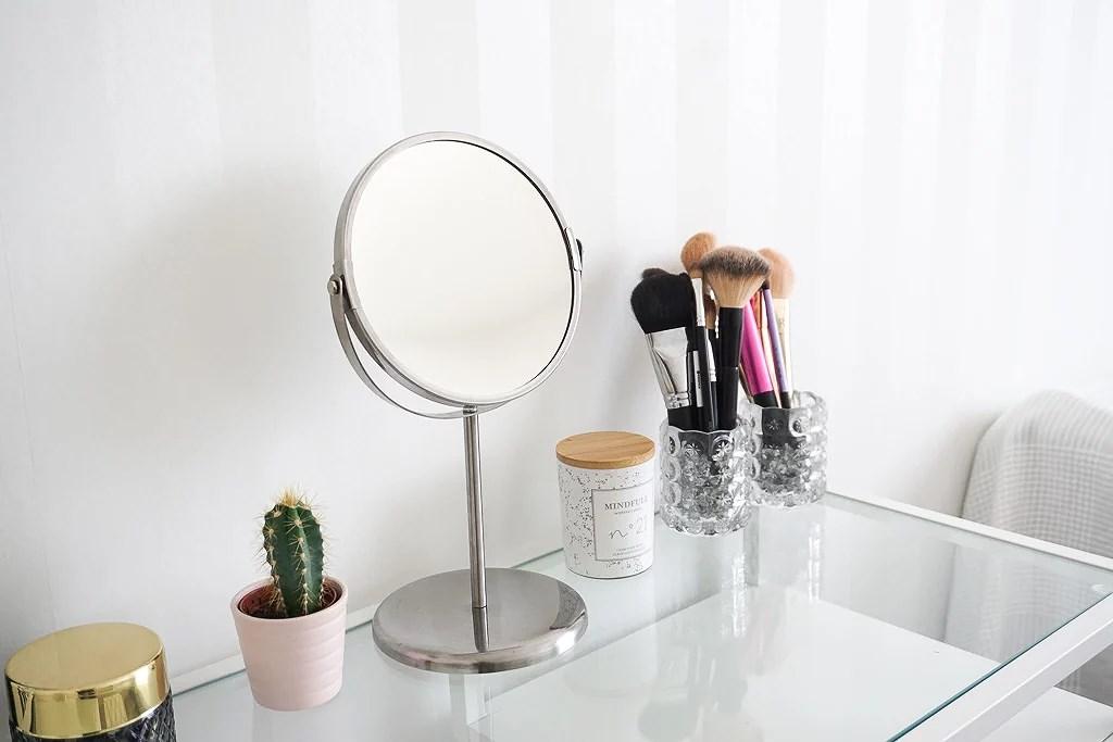 Makuuhuone ja meikkipöytä