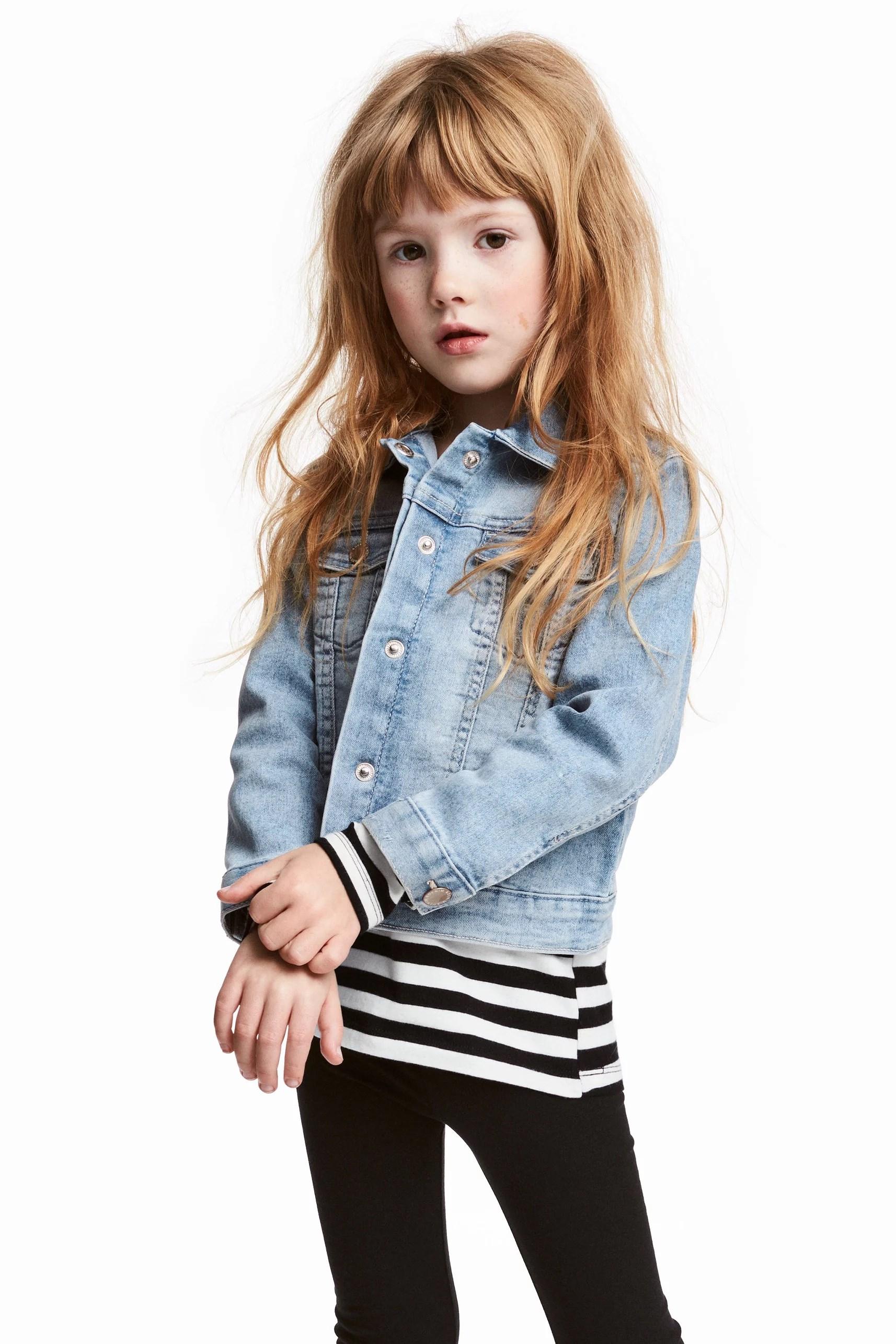 612533457787 För de mindre barnen finns exempelvis denna fina jackan.. Den är gjord i  bomull och har 1% elestan vilket gör den något stretching.