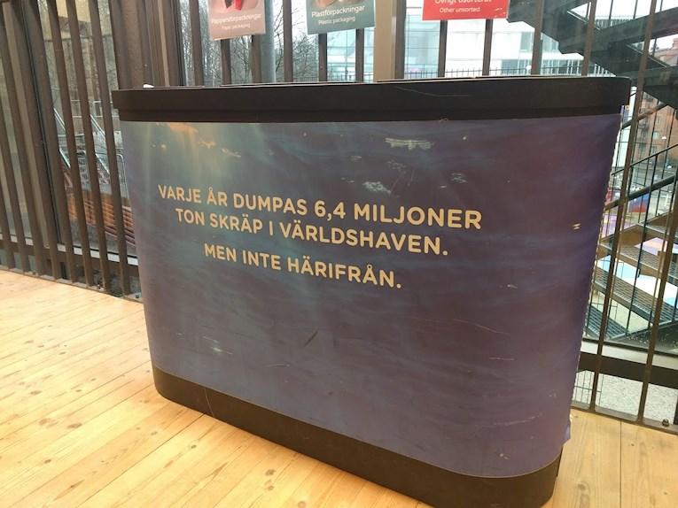 Universeum Göteborg hållbar intressant och rolig semester hemester för barn och vuxna soptunna med text om skräp i havet.