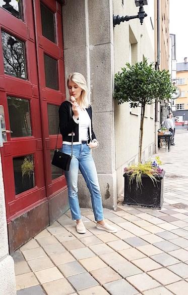 Sara Back i Malmö i jeans och slip ons