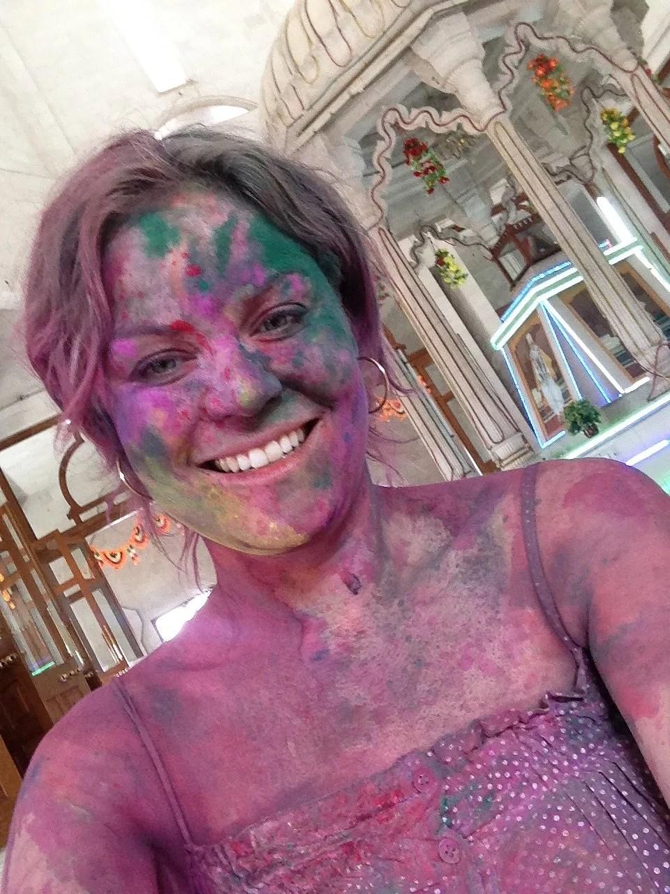 Sådan så jeg ud efter Holi i 2013....det kostede mange lokker som endte i en ubestemmelig pink/grøn/gul hårfarve.
