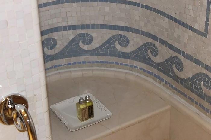 Baño romano en la suite Dalí