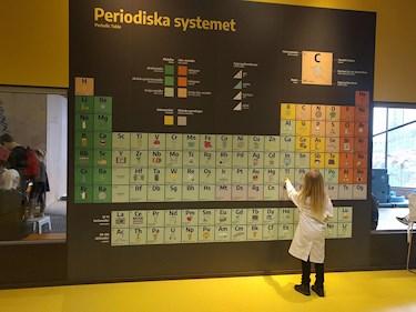 Universeum Göteborg hållbar intressant och rolig semester hemester för barn och vuxna periodiska systemet och barn i labbrock experiment i labb.