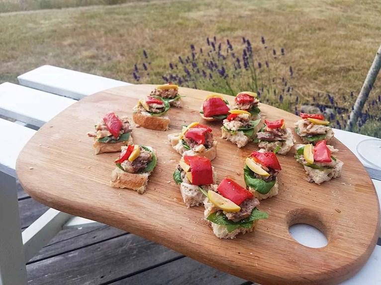 Snittar på surdegsbröd med sardeller, oliver och grillad paprika.