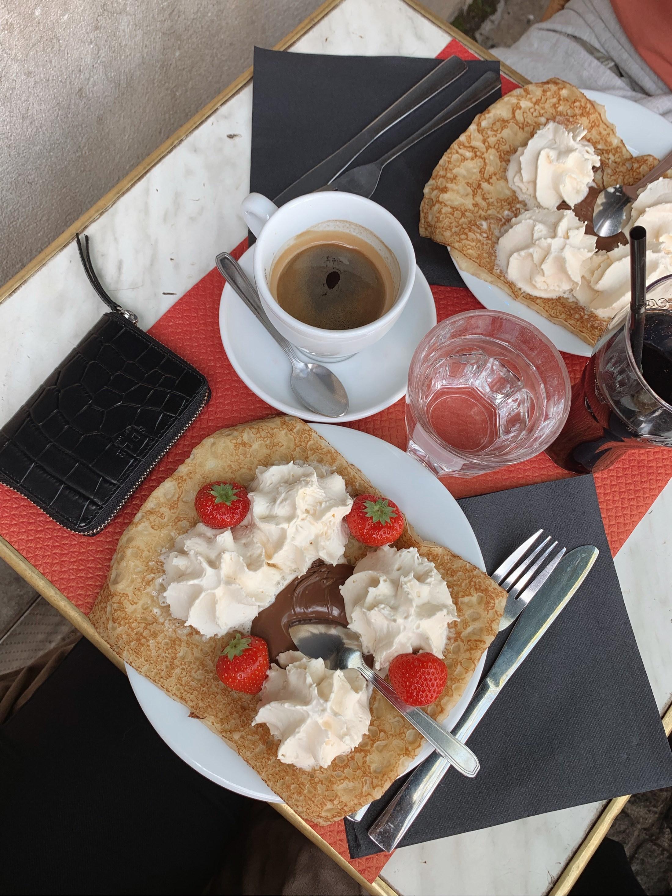 Croissant och kaffe på en uteservering i Paris