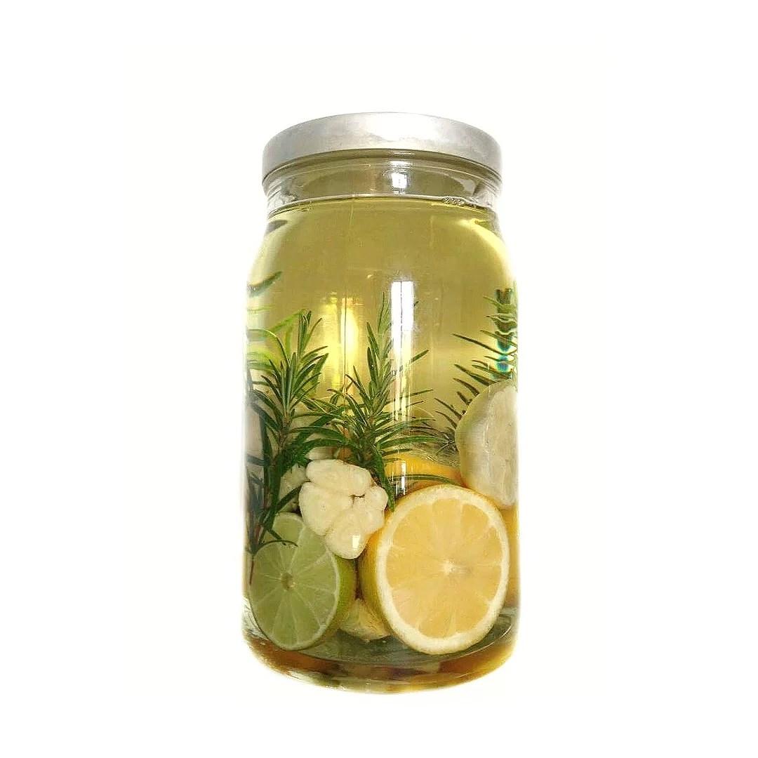 Smaksatt olja. DIY. Gör det själv. Gå bort present. Vitlök, rosmarin, citron olja.