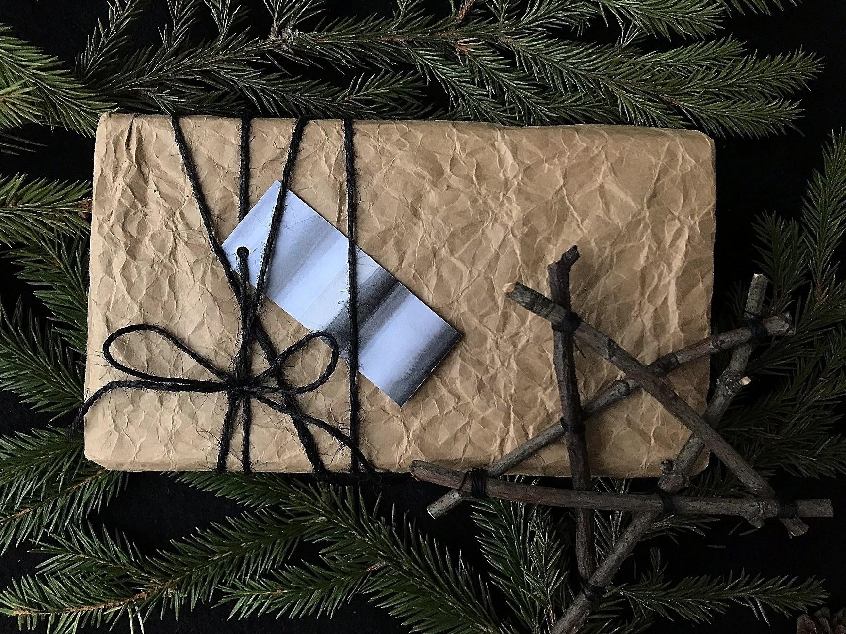 Hållbar jul. Paketinslagning. Miljötänk. DIY. Slå in julklappa