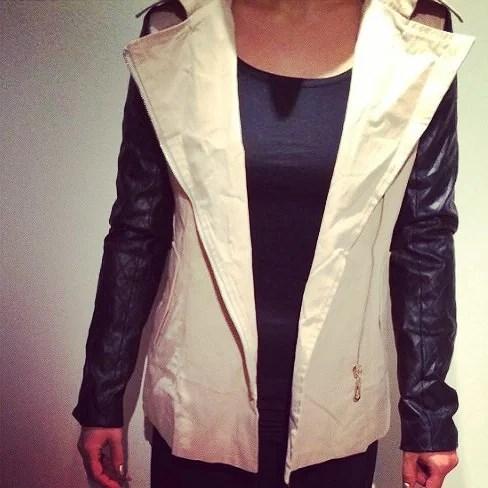 Beige jakke med sorte pu læder ærmer