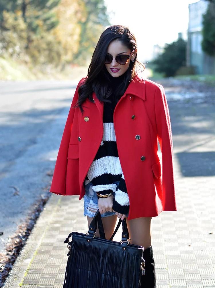 Jersey Zara_Abrigo rojo_shorts denim_botas altas_ootd_06