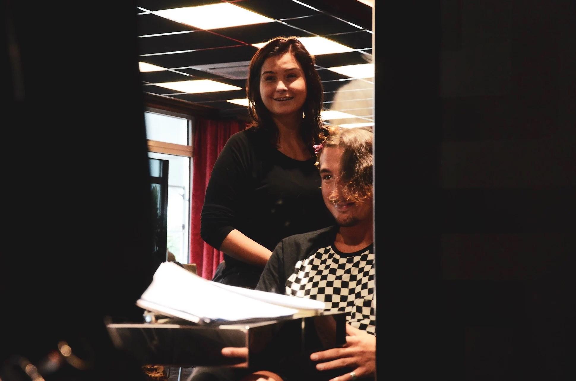 Färgar håret omgiven av Versace