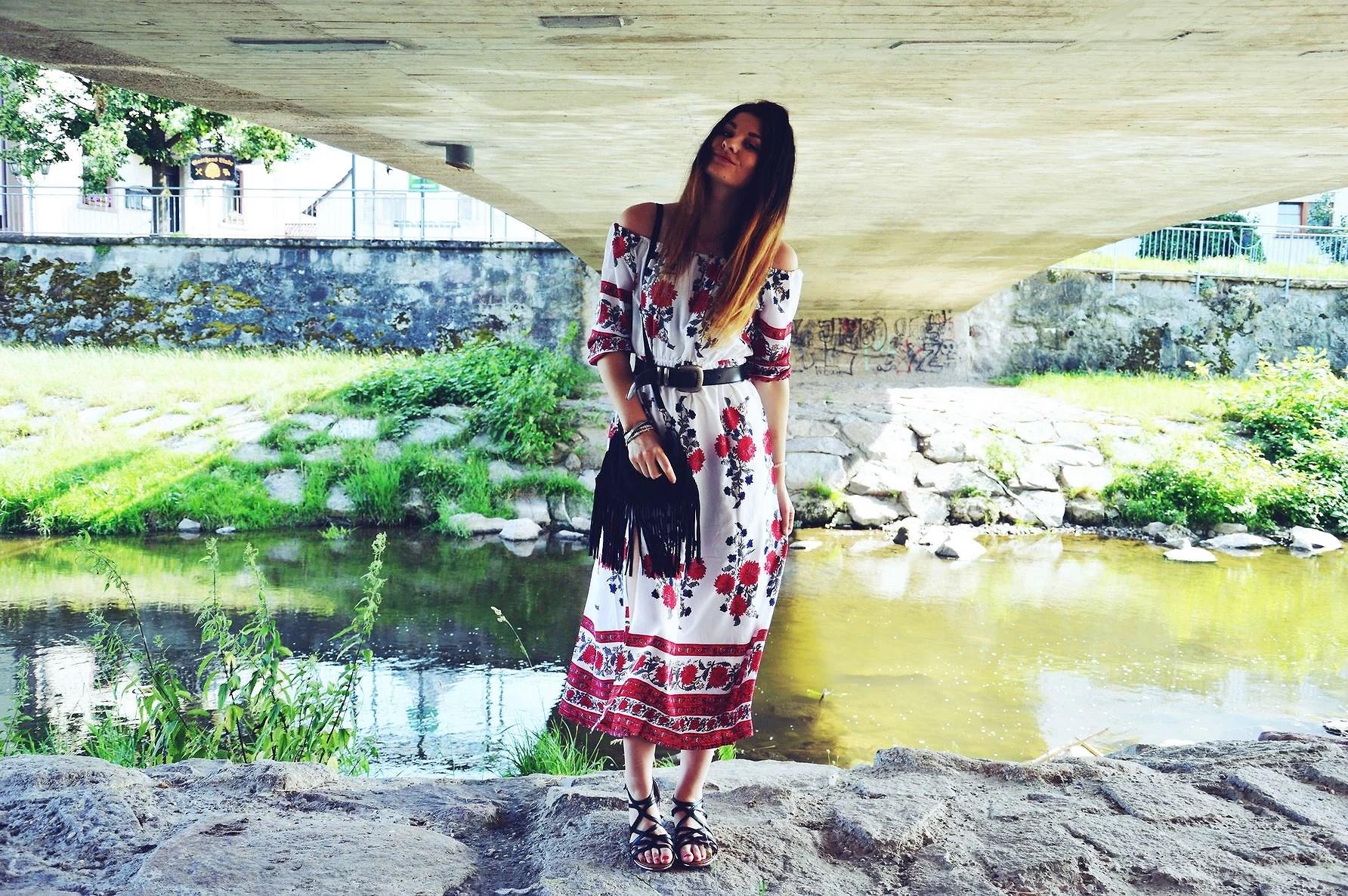 Outfit z Maxi sukienką - róże